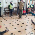 Manifestantes ingresaron a la Municipalidad de Olavarría para reclamar viviendas: los vinculan a Juan Grabois